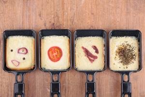 Raclette-Grill Ratgeber im Raclette Vergleichstabellen - Raclette Pfännchen. Ein unersetzliches Raclette-Zubehör. Das Raclette Set mit leckeren Rezepten.