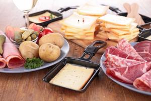Raclette-Grill kaufen und Raclette kaufen - Die Zutaten bei einem Raclette-Grill. In Raclette Pfännchen wird der Raclette Käse geschmolzen, Fleisch, Fisch und Gemüse werden gegrillt. Auch das perfekte Raclette Zubehör darf nicht fehlen. Verschiedene Raclette und Raclette-Grills in Vergleichstabellen.